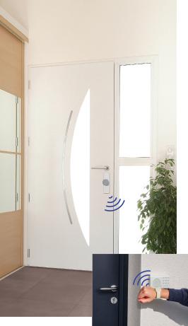 Fonctionnement de la serrure connectée Somfy avec le bracelet de contrôle à distance du système de verrouillage de la porte d'entrée