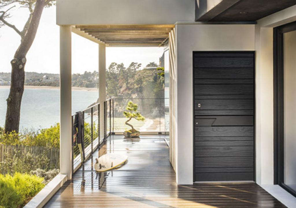 Porte d'entrée moderne en bois accoya® finition bois brûlé Nativ Fusion Shou Sugi Ban
