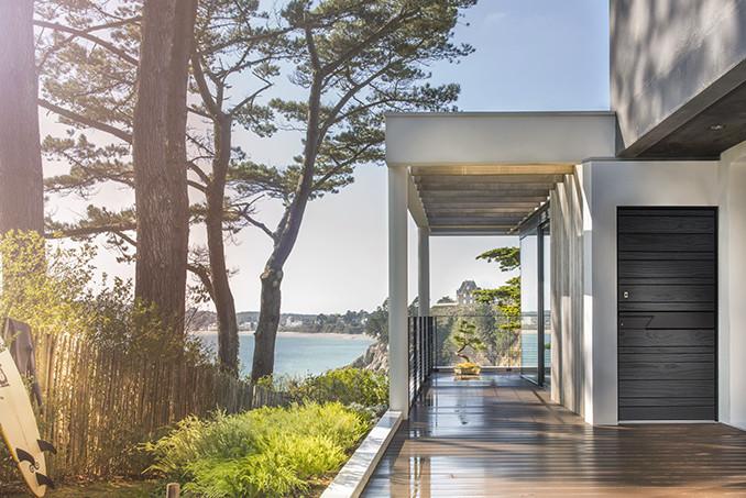 Porte d'entrée en bois moderne accoya® finition bois brûlé : Zilten Nativ 22 Fusion Shou Sugi Ban