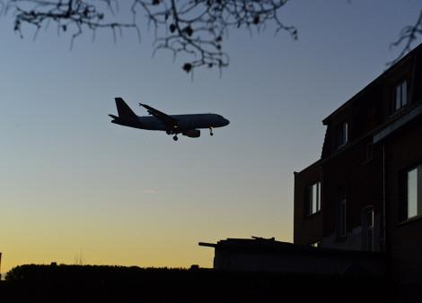 Avion qui survole une maison