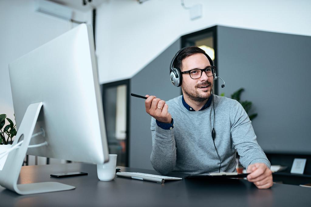 Conseiller Zilten au travail devant son ordinateur