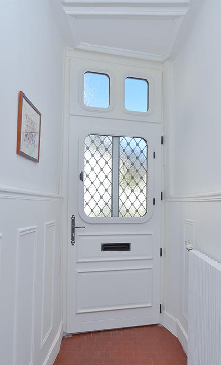 Réglage des gonds d'une porte d'entrée en bois grâce aux 3 vis